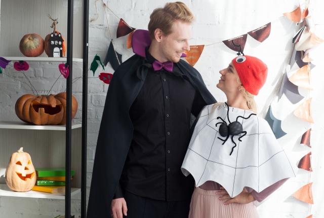 ハロウィンで仮装したカップル