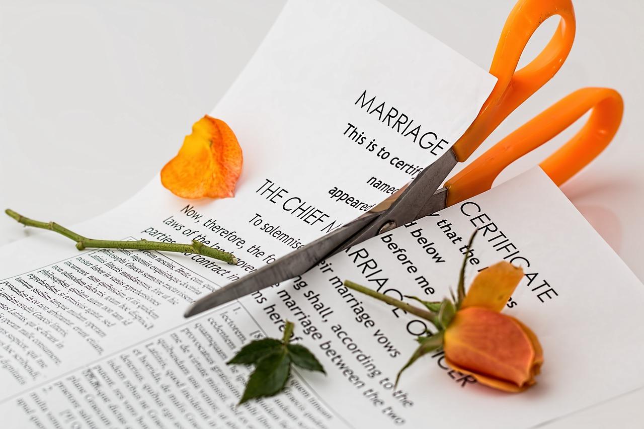 結婚証明書にはさみが入る