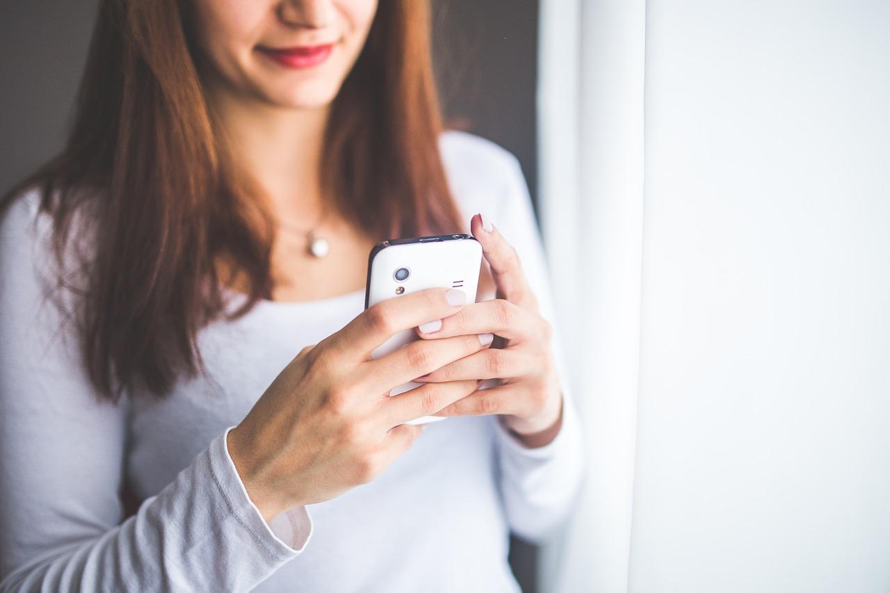モバイルを操作する女性