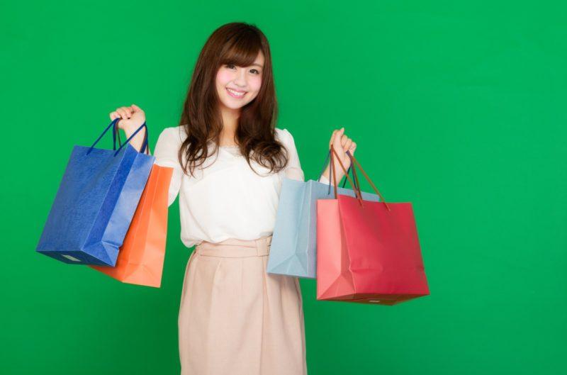 買い物袋をいっぱい持つ女性