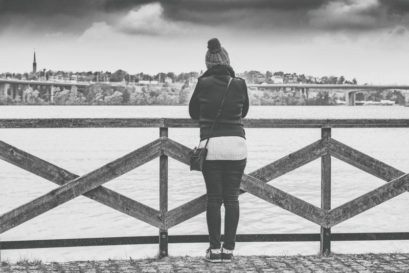 ひとり海を見る女性
