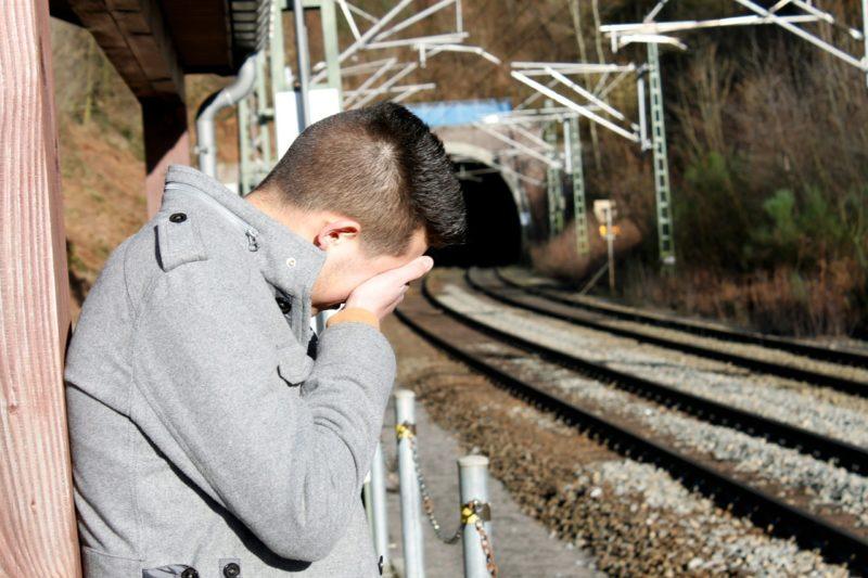 悔み泣く男性