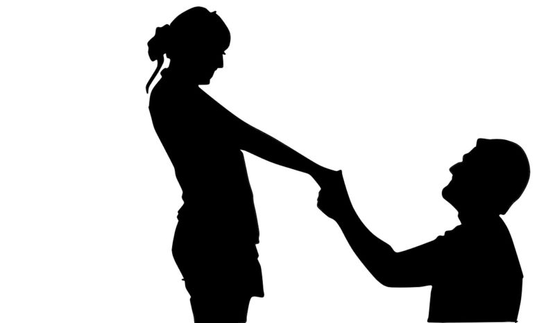 彼氏が彼女に求婚しているシルエット