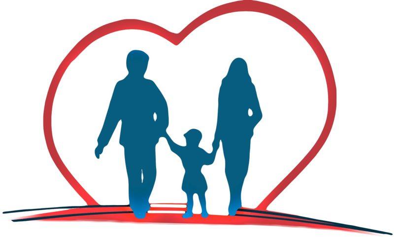 ハートにつつまれた夫婦とその子