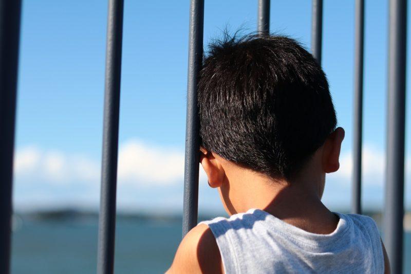 ひとり外を見る子ども