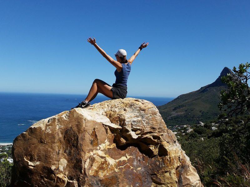 山頂で解放感いっぱいの女性