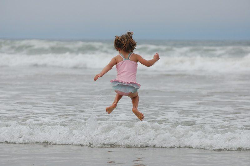 ビーチで飛び跳ねる女の子