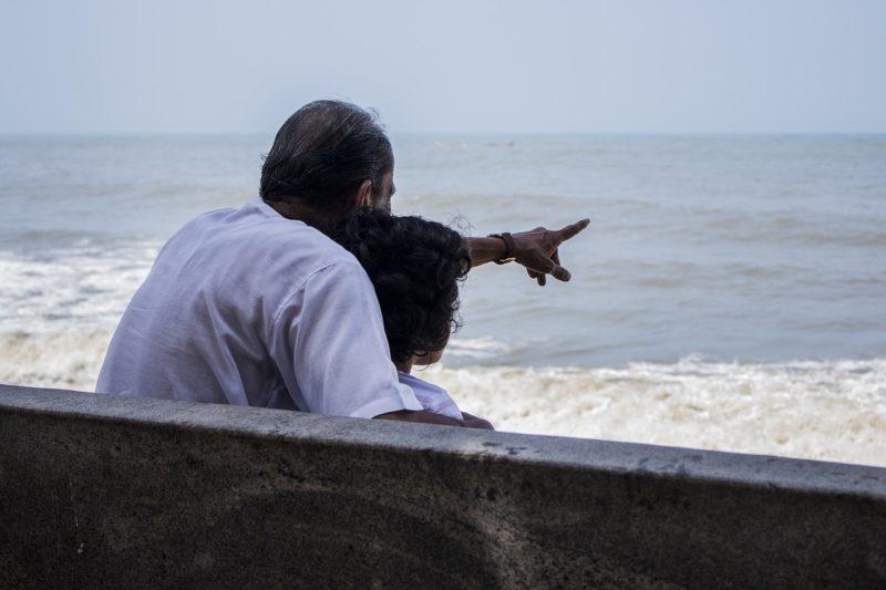 海を見つめる祖父と孫