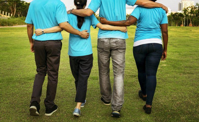 肩を組むボランティア参加者