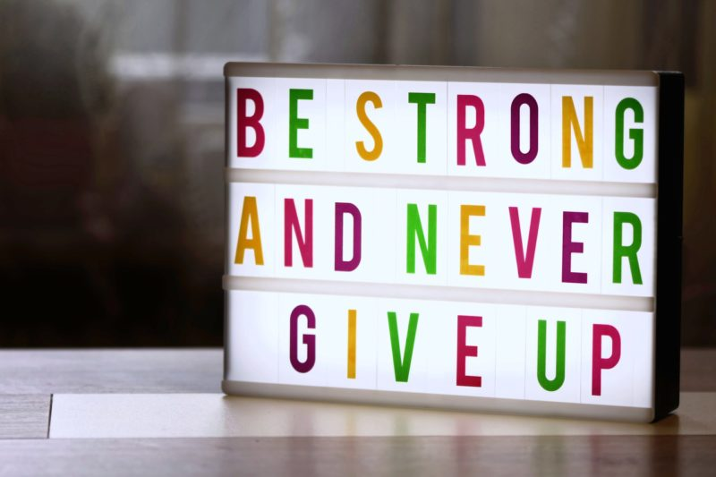 BE STRONG AND NEVER GIVE UP のサイン