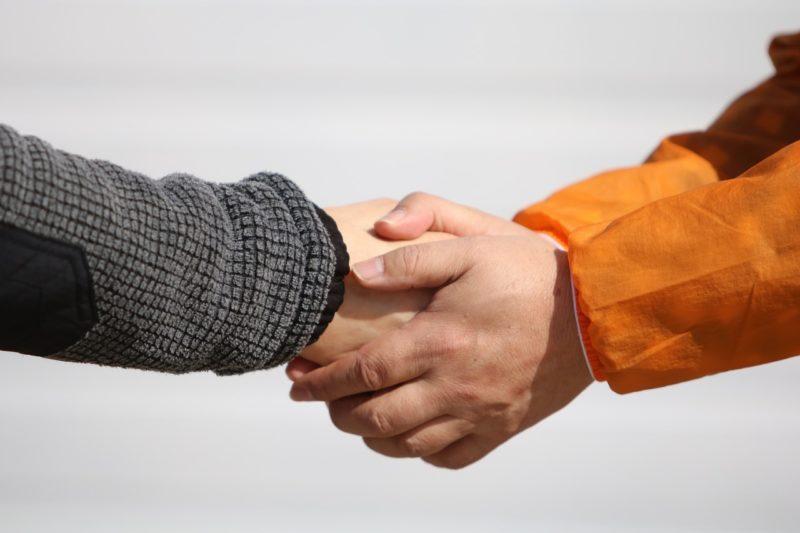 退職に伴う別れの握手