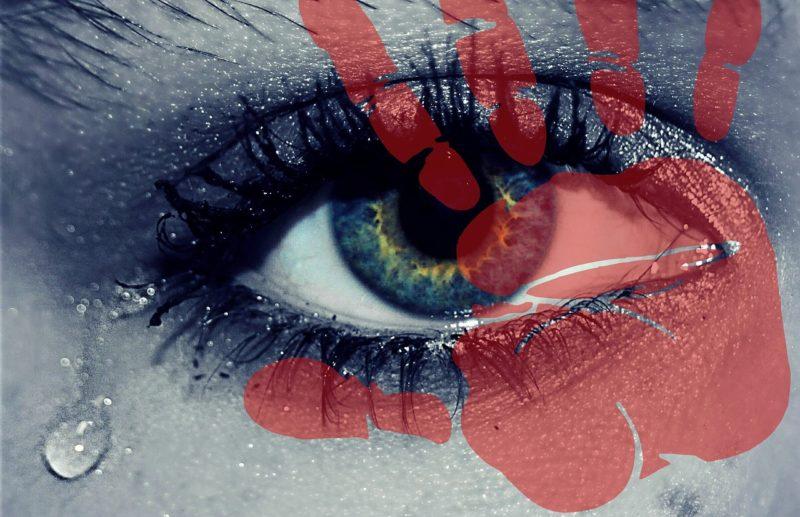 涙が流れ落ちる彼女の目