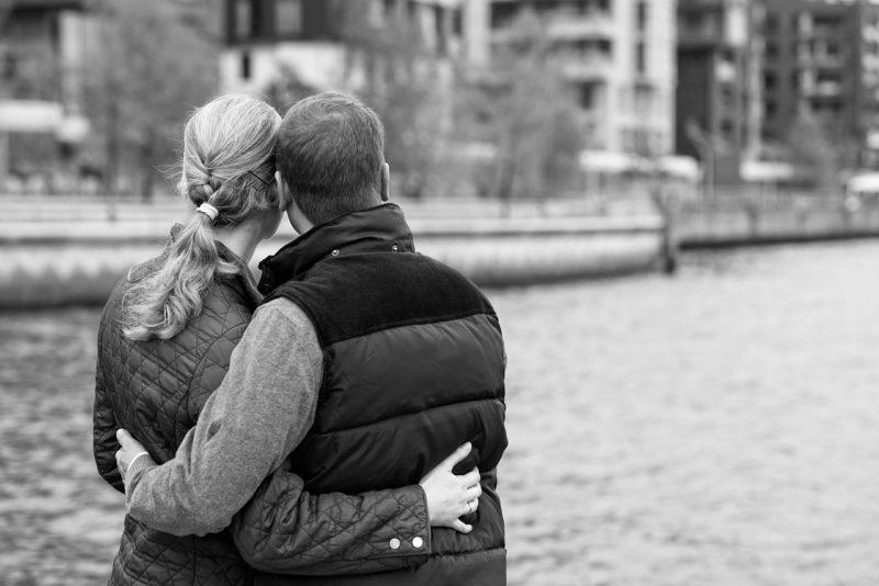 仲直りして川沿いの街を見渡すカップル
