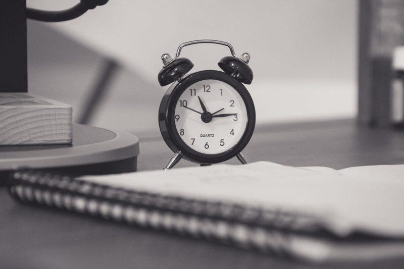 デスクに置かれた時計