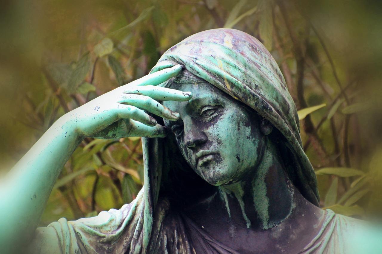 悲しむ女性像