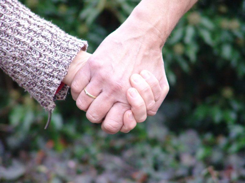 仲直りし手を握りあうカップル