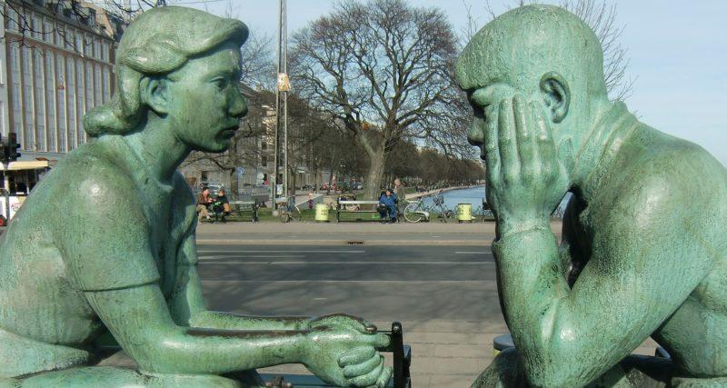 向かい合う男女のブロンズ像