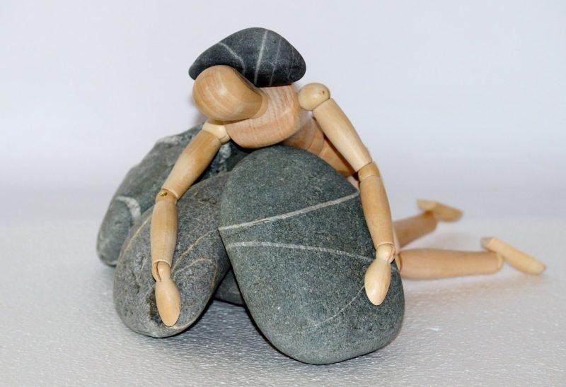 ストレスを抱えて崩れる彼氏をイメージさせる人形