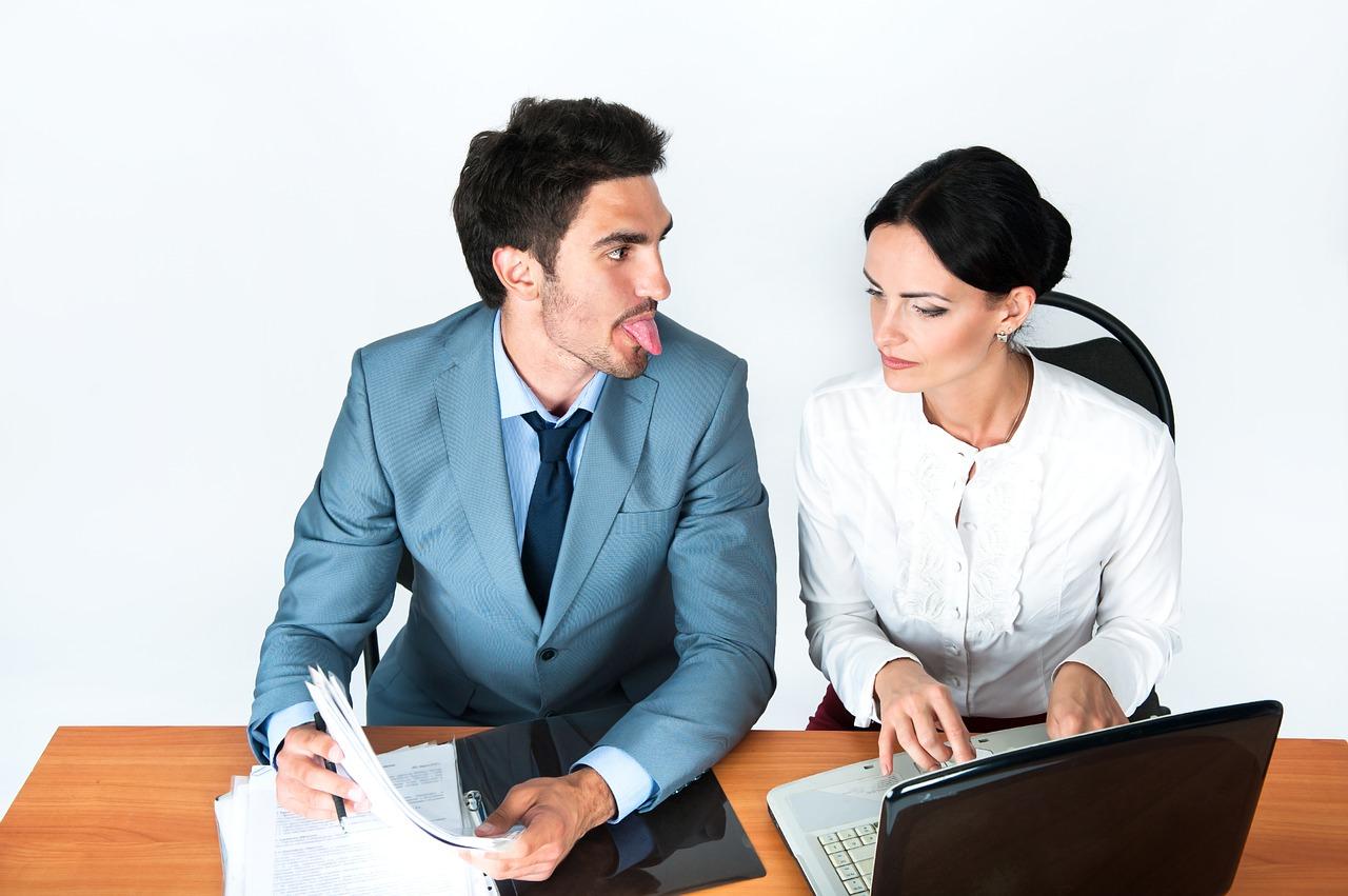 オフィス内で喧嘩中のカップル