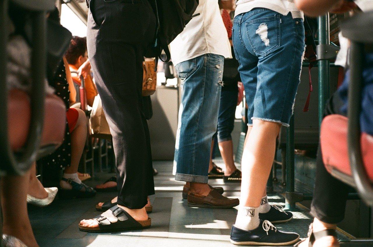混雑する電車内