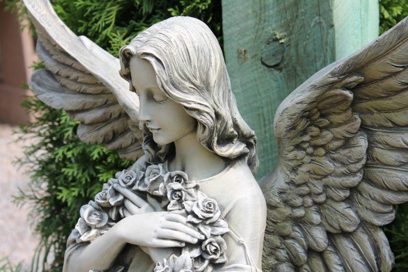 微笑む天使の石像