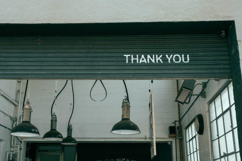 シャッターにありがとうと書かれている