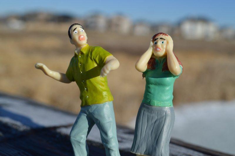 子どもの退職話に驚く両親をイメージしたフィギア