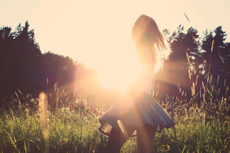 陽をうけてほほ笑む前向きになった彼女