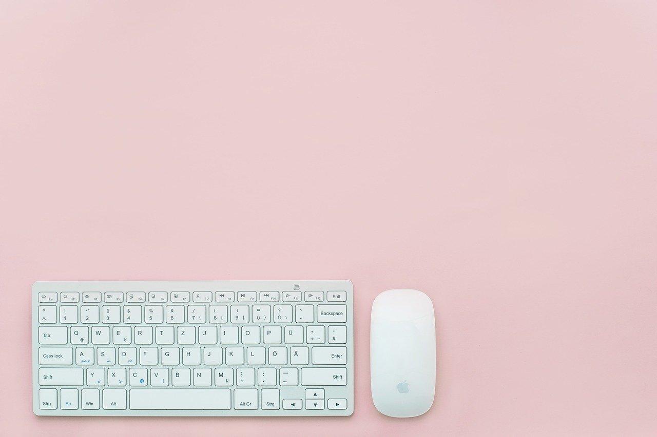 オフィスのデスクに置かれたキーボード