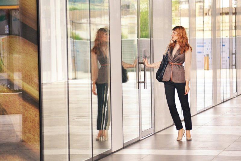 不安を抱き出社する女性社員
