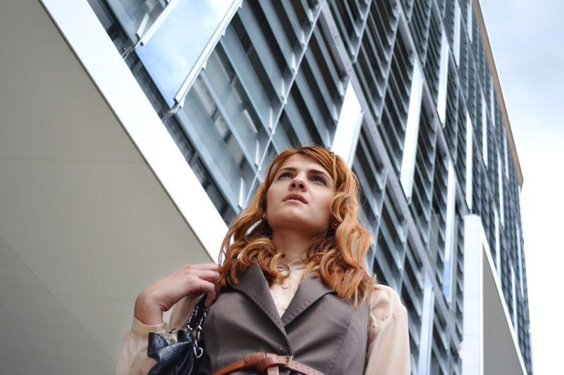 不安も解消されて気持ち新たに出社する女性社員