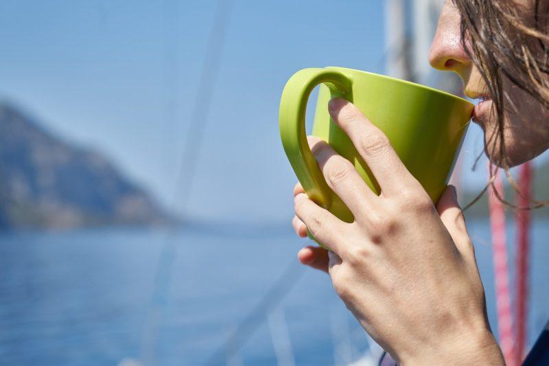 お茶を飲んで一休みしながら冷静に考える女子社員