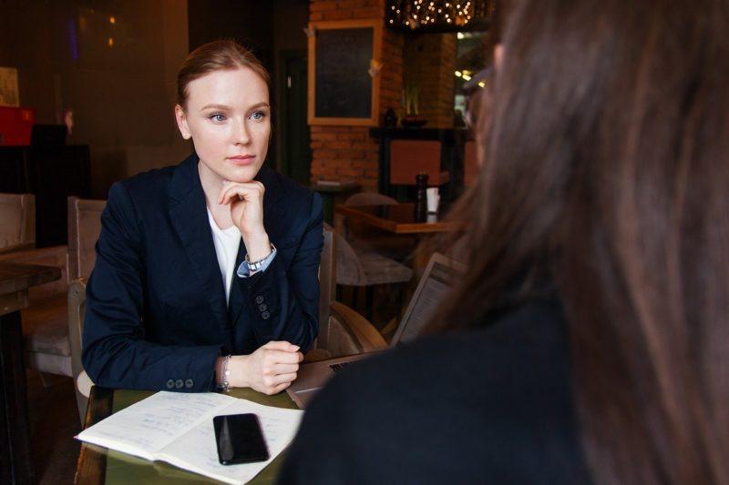 上司と打ち解けてミーティングする女性社員