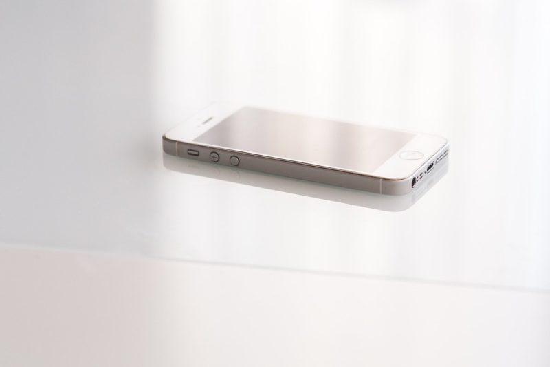 テーブルに置かれたモバイルフォン