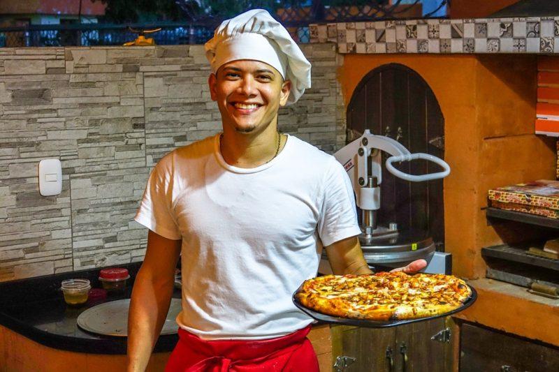 ピザを焼くアルバイトの男性
