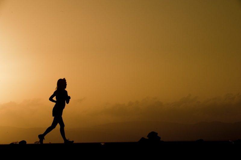 独り走る女性ランナー