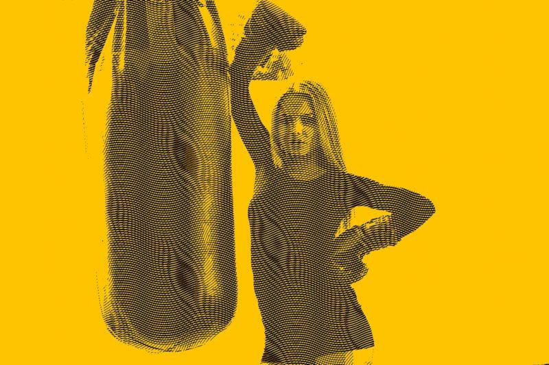 サンドバッグでトレーニングする女性