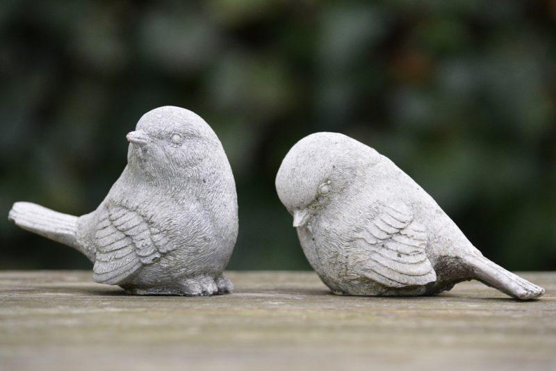 ペアの鳥のフィギュア。一方の鳥は無視している。