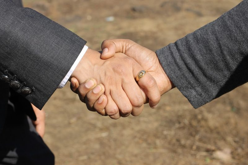 退職の話がまとまり握手する上司と部下