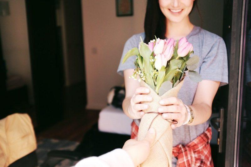 妻に花束を贈る夫