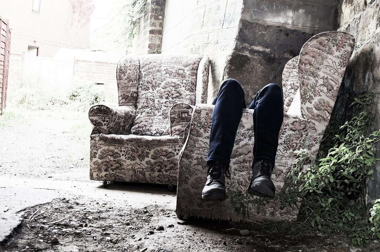 独りソファーに寝ころび孤独を感じているパートナー