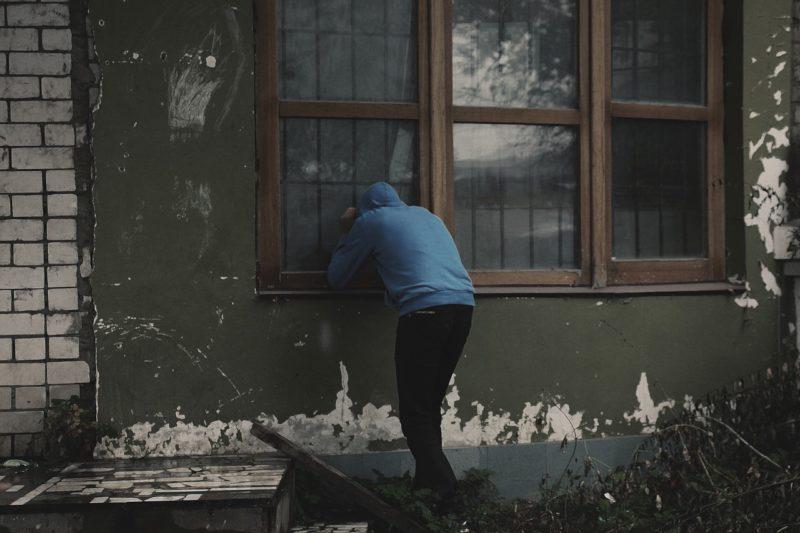 別居中の妻の部屋を覗き見る夫