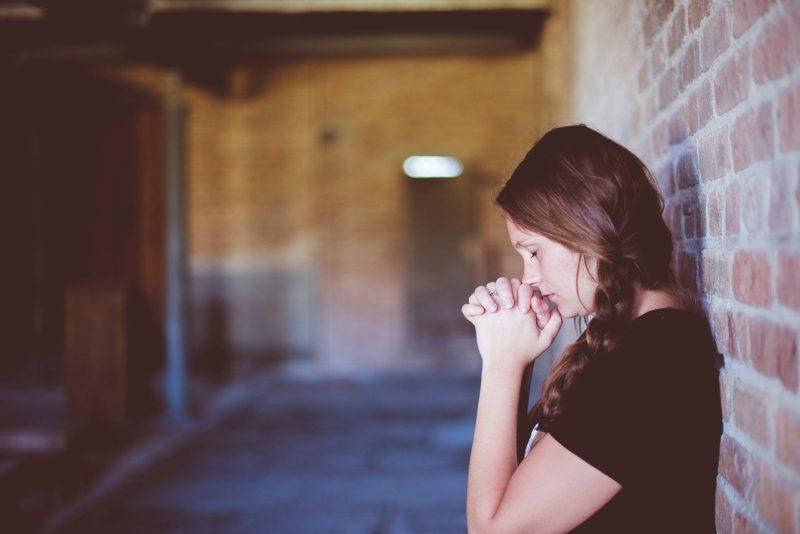 彼氏に謝罪の気持ちが通じるようにと祈る彼女