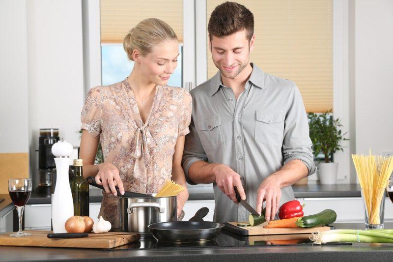 復縁して一緒に料理を作る夫婦