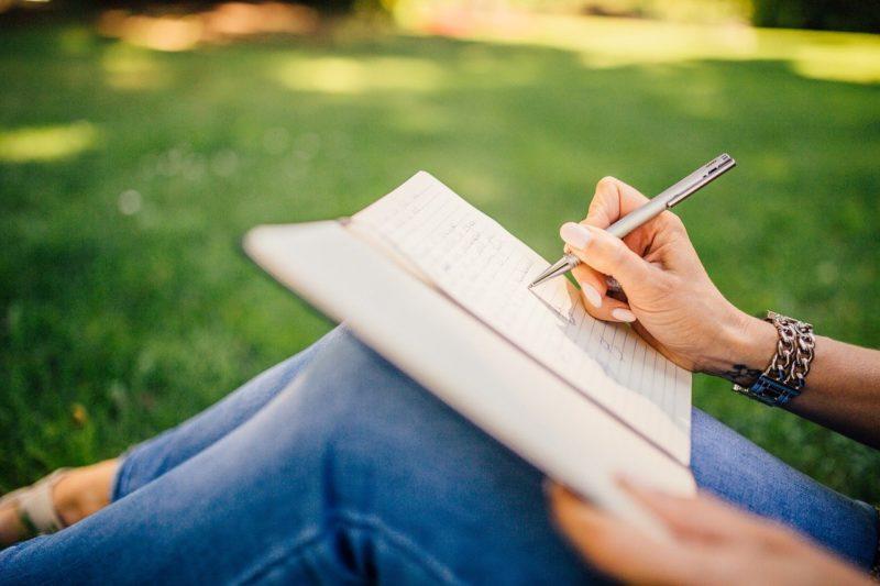 元カレに今の思いを伝える手紙の文章を考える女性