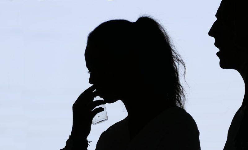 男性から言い寄られる女性のシルエット
