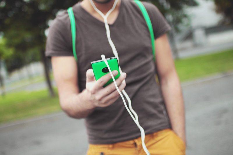 スマートフォンでLINEをチェックする大学生