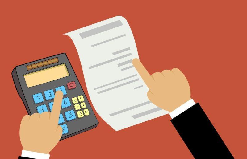 電卓で有給消化分の給与の計算をする退職予定社員のイメージイラスト