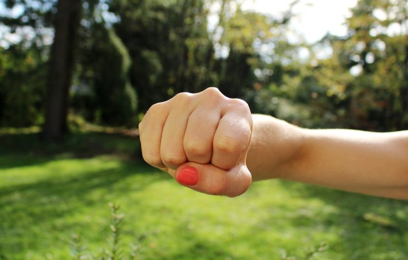 撃退を意味する女性の拳