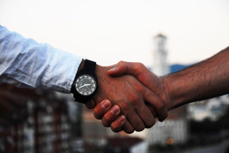 同僚とお別れの握手をする退職社員